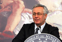 Il Ministro dell'Economia Giulio Tremonti tiene una conferenza stampa a Palazzo Chigi, Roma, 30 maggio 2008..Italian Economy Minister Giulio Tremonti attends a press conference at Rome's Chigi palace, 30 may 2008..UPDATE IMAGES PRESS/Riccardo De Luca
