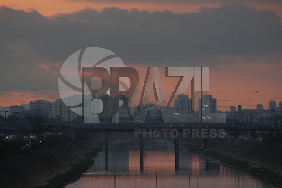 ATENCAO EDITOR: FOTO EMBARGADA PARA VEICULOS INTERNACIONAIS - SÃO PAULO, 22 DE SETEMBRO, 2012 - CLIMA TEMPO SP - Por-do-sol vista para ponte do Limao - Fim de tarde  com queda de temperatura para 17 graus e nevoa seca, na tarde desse sabado, 22 - FOTO LOLA OLIVEIRA - BRAZIL PHOTO PRESS