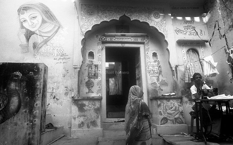 11.2010 Pushkar (Rajasthan)<br /> <br /> Entrance of a house.<br /> <br /> Entrée d'une maison.