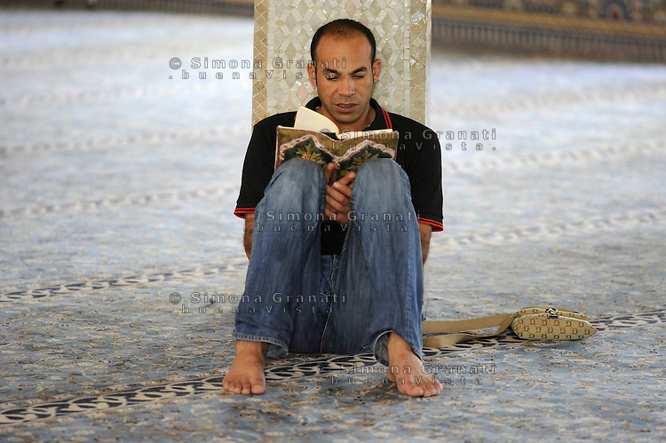 Roma, 11 agosto 2010 Grande Moschea di Roma.Primo giorno di Ramadan.Uomo legge il Corano.Rome, August 11, 2010 Grand Mosque of Rome.First day of Ramadan.a man reading Koran