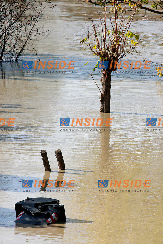 .Roma 14/11/2012 Piena del Tevere a Roma. Because of the heavy rain fallen in the surroundings of Rome, the Tiber has grown up, threatening to breaking it's banks flooding..Photo Samantha Zucchi Insidefoto