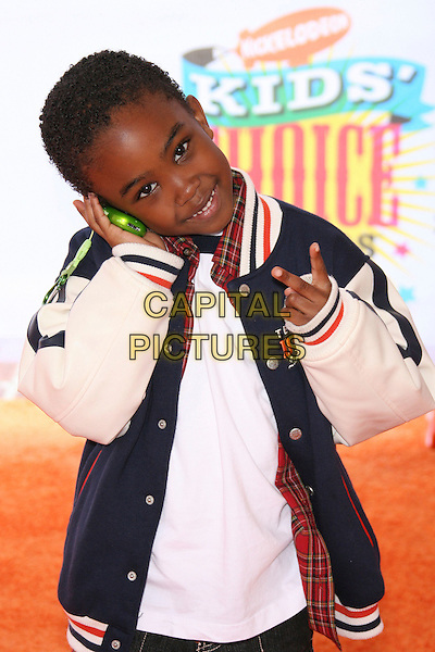 KHAMANI GRIFFIN.Nickelodeon's 19th Annual Kids' Choice Awards held at Pauley Pavilion, Westwood, California, USA.  .April 1st, 2006.Photo: Zach Lipp/AdMedia/Capital Pictures.Ref: ZL/ADM.half length hand v sign peace gesture phone.www.capitalpictures.com.sales@capitalpictures.com.© Capital Pictures.