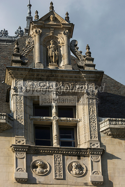 France, Aquitaine, Pyrénées-Atlantiques, Béarn, Pau: le château où naquit le roi Henri IV - Détail fenêtre renaissance //  France, Pyrenees Atlantiques, Bearn, Pau:  14th century castle, place of birth of king Henry IV, Renaissance window,