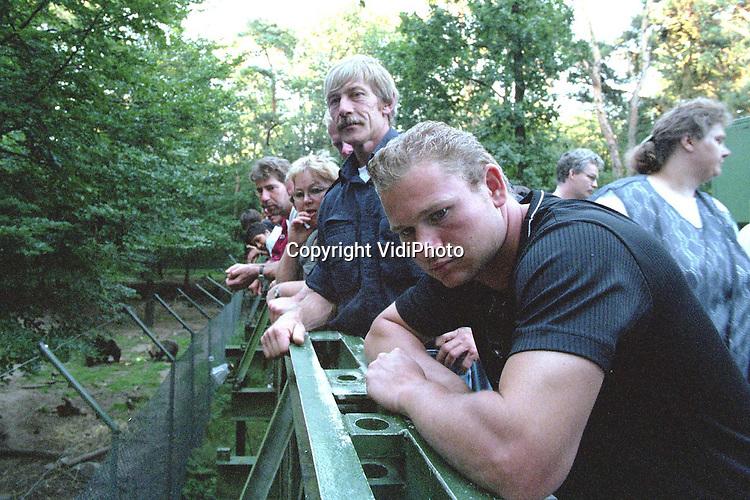 """Foto: VidiPhoto..RHENEN - Ouwehands Dierenpark in Rhenen is woensdagavond gestart met een serie van drie avonden waarop het park van 19.00 tot middernacht open is voor het publiek. Dierenverzorgers vertellen bezoekers -die een tientje goedkoper het park in kunnen- over de dieren, er zijn rondleidingen en er is een barbecue. Vooral roofdieren worden tegen de avond actief, tot groot genoegen van de bezoekers. """"Ouwehand by Night"""" is al acht jaar een groot succes. Woensdagavond kwamen er ruim 2000 bezoekers. Foto: Kijken naar de beren.."""
