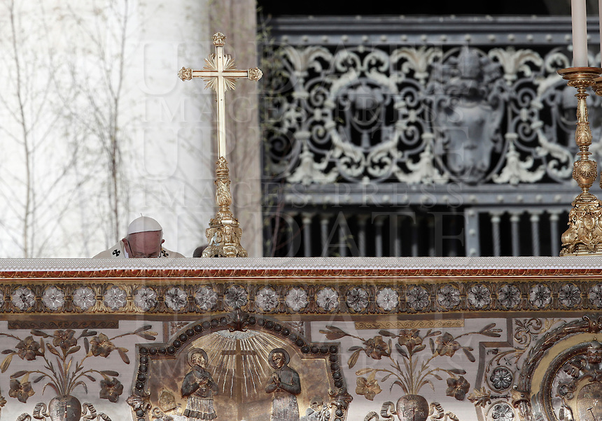 Papa Francesco celebra la Messa di Pasqua in piazza San Pietro, Città del Vaticano, 1 aprile 2018.<br /> Pope Francis celebrats the Easter mass in Saint Peter's square at the Vatican, on April 1, 2018.<br /> UPDATE IMAGES PRESS/Isabella Bonotto<br /> <br /> STRICTLY ONLY FOR EDITORIAL USE