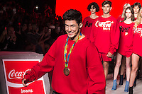 S&Atilde;O PAULO,SP, 28.10.2016 - SPFW-COCA COLA JEANS - O medalhista ol&iacute;mpico, Arthur Mariano, se apresenta com a equipe da grife Coca-Cola Jeans durante a S&atilde;o Paulo Fashion Week N42 no Parque do Ibirapuera na regi&atilde;o sul de S&atilde;o Paulo nesta sexta-<br /> feira, 28. (Foto: Fabricio Bomjardim/Brazil Photo Press)