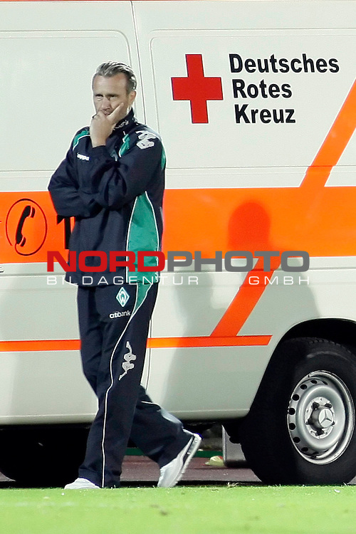 3. FBL 2008/2009 6. Spieltag Hinrunde<br /> Werder Bremen II U23 - Kickers Emden 0:1 (0:0)<br /> <br /> Thomas Wolter (Nachwuchs-Cheftrainer Werder Bremen II U23) steht vor dem Rettungswagen.<br /> <br /> Foto &copy; nph (  nordphoto  ) *** Local Caption ***