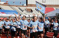 Nederland  Amsterdam  2016 . De Marathon van Amsterdam. Deze deelnemers lopen voor Stichting Semmy: Onderzoek naar hersenstam kinderkanker.  Foto Berlinda van Dam / Hollandse Hooogte.