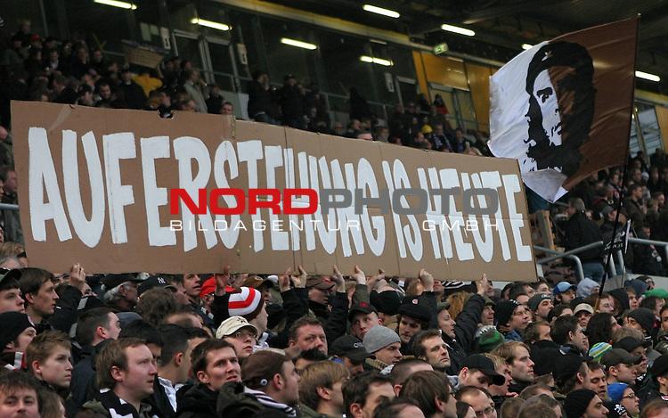 2.Liga FBL 2007/2008  25. Spieltag Rueckrunde<br /> FC St.Pauli &ndash; vs. VFL Osnabrueck 2:1<br /> <br /> Passend zu Ostern kann der FC St.Pauli wieder gewinnen. Die Fans zeigen einen Spruchbanner &quot;Auferstehung is heute&quot;.<br /> <br /> <br /> <br /> Foto &copy; nph (nordphoto)<br /> <br /> *** Local Caption ***