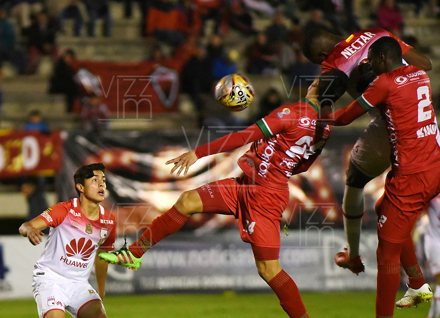 TUNJA -COLOMBIA, 11-09-2016.Acción de juego entre  Patriotas FC y Santa Fe    durante encuentro  por la fecha 11 de la Liga Aguila II 2016 disputado en el estadio de  La Independencia./ Action game between Patriotas and Santa Fe during match for the date 11 of the Aguila League II 2016 played at La Independencia  stadium . Photo:VizzorImage / César Melgarejo   / Cont