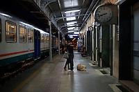 Campobasso: un uomo e una donna si salutano alla stazione di Campobasso