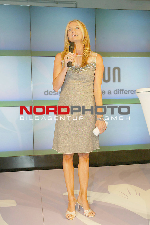 Pressetermin von Braun Easy Legs Event in Hamburg mit Heidi Klum<br /> <br /> Heidi Klum zeigt ihre Beine und praesentiert damit die neue Kollektion der Braun-Epiliergeraete.<br /> <br /> Frauke Ludowig moderiert die Veranstaltung.<br /> <br /> Foto &copy; nordphoto / Anja Heinemann<br /> <br />  *** Local Caption *** Foto ist honorarpflichtig! zzgl. gesetzl. MwSt.<br />  Belegexemplar erforderlich<br /> Adresse: nordphoto<br /> Georg-Reinke-Strasse 1<br /> 49377 Vechta
