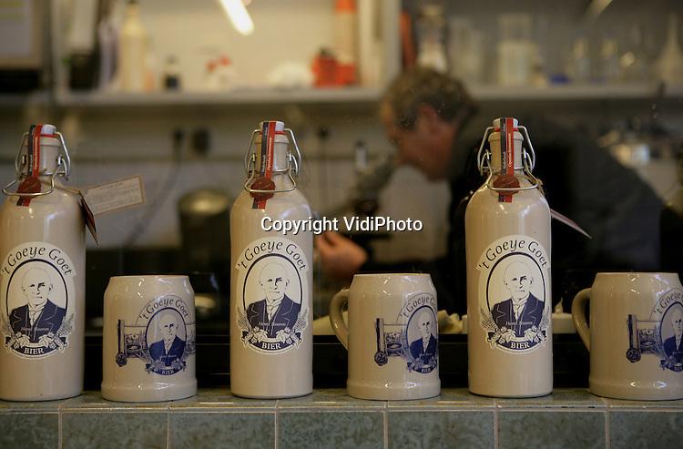 Foto: VidiPhoto..ARNHEM - In het Nederlands Openluchtmuseum is een lang gekoesterde wens in vervulling gegaan. Het museum heeft vanaf donderdag een eigen bierbrouwerij waar echte pils en witbier op ambachtelijke wijze, maar in moderne ketels, wordt gebrouwen. Nederlands kampioen bierbrouwen Rob Meijer is de brouwer van het gerstennat. Onder de naam 't Goeye Goet is het bier overal in het museum te koop.