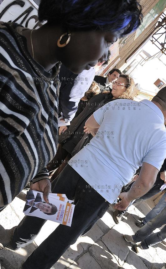 Palermo: 2012 elections, campaign of the left candidate Fabrizio Ferrandelli, supporters in the historic market of Ballarò..Palermo: elezioni 2012, il candidato della sinistra Fabrizio Ferrandelli in campagna elettorale, supporters del quartiere Ballarò.