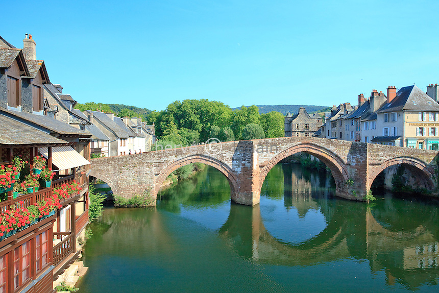 France, Aveyron (12), vallée du Lot, Espalion, étape sur le chemin de Saint-Jacques-Compostelle, le Pont Vieux sur le Lot, pont roman en dos d'âne en grès rose, classé au patrimoine mondial de l'UNESCO // France, Aveyron, Lot valley, Espalion, el Camino de Santiago, the Pont Vieux (old bridge) on the Lot listed as World Heritage by UNESCO