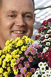 Foto: VidiPhoto<br /> <br /> VARIK &ndash; Bijna iedere dag loopt John van de Westeringh glimlachend door zijn 3,2 ha. kassen om te genieten van de uitbundige bloeiende Madiba&rsquo;s, een chrysantensoort met veel kleine bloemetjes op een steel en steeds populairder in de boeketterie. Samen met zijn vrouw Linda stapte de kweker in 2005 over van santini naar deze gloednieuwe soort, ondertussen zijn ze  met slechts drie kwekers nationaal die Madiba&rsquo;s kweken. Na een moeilijke start met slechts alleen de kleur wit, levert de Madiba -koosnaam van Nelson Mandela- Bloemenkwekerij Van de Westeringh in Varik inmiddels jaarrond een goede boterham op. Het aantal kleuren is toegenomen tot acht. Met de moderne teelttechniek en belichting worden jaarlijks 17 miljoen stelen  geoogst. Vervolgens verdwijnt het grootste deel via bemiddeling (70 procent) naar o.a. Engeland en Duitsland. Meest aansprekend is wel de lange houdbaarheid op de vaas: zeker drie weken. En natuurlijk het grote volume aan bloemen per steel.