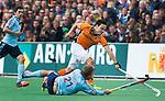 BLOEMENDAAL - Thomas Briels van OZ  in duel met Moritz Fürste  tijdens  de finale van de EHL tussen de mannen van Oranje Zwart en UHC Hamburg . OZ wint na shoot outs. COPYRIGHT KOEN SUYK