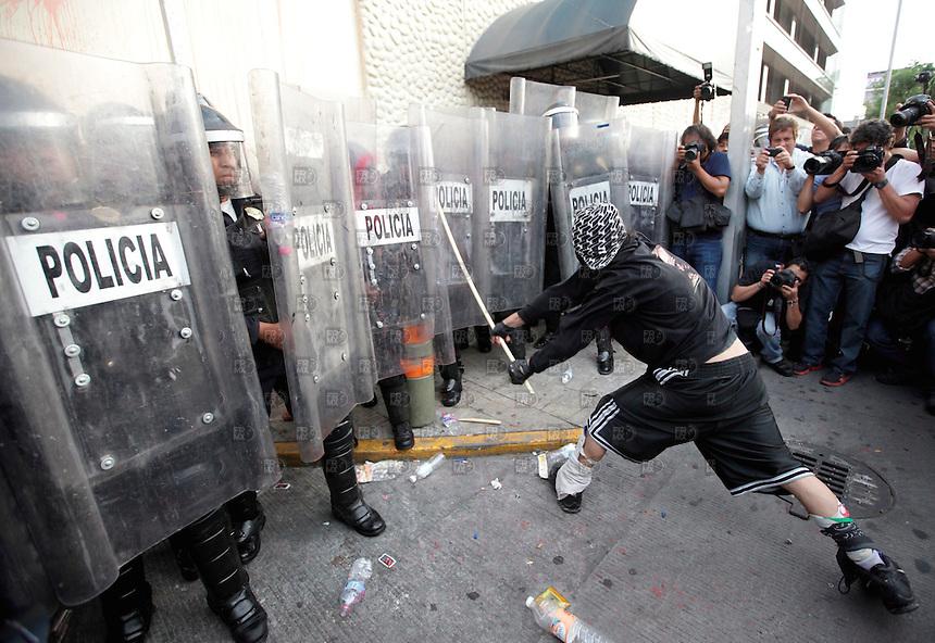 300501. México, D.F.-  Un grupo de encapuchados se enfrentó a los granaderos del GDF durante una protesta fuera de las instalaciones de Televisa Chapultepec en la Ciudad de México. NOTIMEX/FOTO/ALEJANDRO MELENDEZ/AMO/ACE/