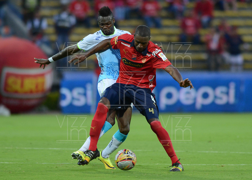 MEDELLÍN -COLOMBIA-15-02-2015. Andres Mosquera (Der) jugador de Independiente Medellín disputa el balón con Wilson A. Mena (Der) jugador de Jaguares FC durante partido por la fecha 4 de la Liga Águila I 2015 jugado en el estadio Atanasio Girardot de la ciudad de Medellín./ Andres Mosquera (R) player of Independiente Medellin fights for the ball with Wilson A. Mena (R) player of Jaguares FC during the match for the  second date of the Aguila League I 2015 at Atanasio Girardot stadium in Medellin city. Photo: VizzorImage/León Monsalve/STR