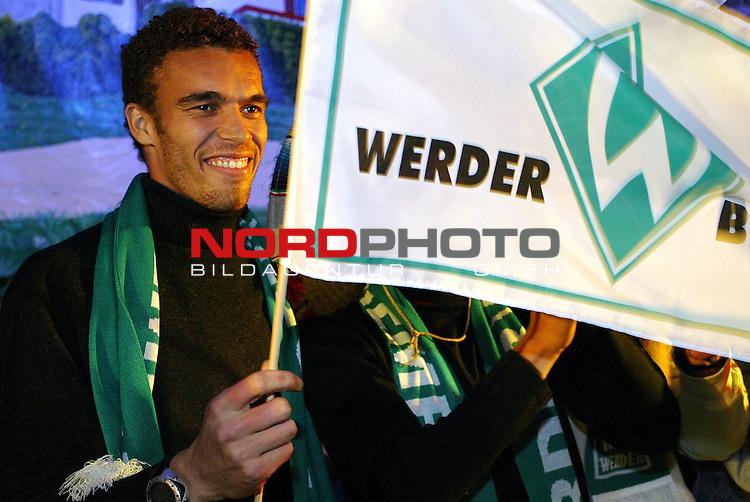 Werder Profis im Bayern Zelt<br /> Traditionell mussten die Neuzugaenge des SV Werder Bremen auf die Buehne im Bayernzelt auf dem Bremer Freimarkt sich dem Publikum praesentieren. Valerien Ismael mit Werder Fahne.<br /> Foto &copy; nordphoto - Ruediger Lampe<br /> <br />  *** Local Caption *** Foto ist honorarpflichtig! zzgl. gesetzl. MwSt.<br />  Belegexemplar erforderlich<br /> Adresse: nordphoto<br /> Georg-Reinke-Strasse 1<br /> 49377 Vechta
