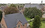 Foto: VidiPhoto<br /> <br /> RANDWIJK &ndash; Hoog bezoek voor de hervormde gemeente van Randwijk vrijdag. Zowel op de beide schoorstenen van de pastorie als op het dak van de kerk houdt de ooievaarsfamilie uit het Betuwse dorp vrijdagmiddag zijn si&euml;sta. Niet geheel toevallig, want volgens de orthodox hervormden geldt voor de kerk: &ldquo;Hier wordt de rust geschonken, hier &rsquo;t vette van Uw huis gesmaakt&rdquo; (Psalm 36:2 berijmd). Vandaar ook dat de Randwijkse ooievaars regelmatig te zien zijn op het dak van zowel pastorie als kerk. Kerkgangers zijn zondags welkom tijdens beide diensten.