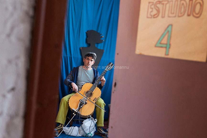 """Martis 28 de abrile de su 2009 Bartzellona (Ispagna) <br /> Paolo Angeli de Palau, unu talentu de sa chitarra, artista balente connotu in totu su mundu. Paolo est finas unu grandu connoschidore e cultore apassionadu de sa traditzione musicale sarda prus bia. Istat in Bartzellona dae medas annos ma est semper in biàgiu pro fàghere cuntzertos. Inoghe est fotografadu in su """"'Estudio 4"""" in Bart- zellona, provende cun s'istrumentu suo. <br /> <br /> Martedì 28 aprile 2009 Barcellona (Spagna) <br /> Paolo Angeli di Palau, un talento della chitarra preparata riconosciuto a livello mondiale. Paolo è anche un grande esperto e appassionato cultore della più limpida tradizione musicale sarda. Abita a Barcellona da anni ma è spesso in viaggio per fare concerti. Qui è ritratto nello """"Estudio 4"""", a Barcellona, mentre si esercita con il suo strumento. <br /> <br /> Tuesday 28 April 2009 Barcelona (Spain) <br /> Paolo Angeli from Palau, a talent of the prepared guitar recognized worldwide. Paolo is also a great expert and enthusiast connoisseur of the most limpid Sardinian musical tradition. He has been living in Barcelona for years but is often traveling to do concerts. Here he is portrayed in """"Estudio 4"""", in Barcelona, while practicing with his instrument."""