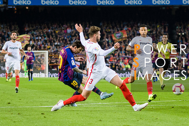Lionel Messi of FC Barcelona (L) attempts a kick for scoring his goal during the La Liga 2018-19 match between FC Barcelona and Sevilla FC at Camp Nou Stadium on October 20 2018 in Barcelona, Spain. Photo by Vicens Gimenez / Power Sport Images