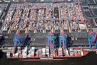 4415/CTA:EUROPA, DEUTSCHLAND, HAMBURG 21.05.2005: CTA, Container Terminal Altenwerder, Containerschiff, Hapag Lloyd, Containerverladung, Laden, Loeschen Container,  Lager, Logistik, automatischer Betrieb, menschenleer, Container Hafen Hamburg, Luftbild, Luftansicht