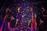 """SAO PAULO, SP, 13.12.2013 - CIRCO SPACIAL - Artistas durante apresentacao do espetáculo   como título """"A História do Circo"""" que conta a trajetória e a participação do circo ao longo da história da humanidade, desde a pré-história até a conquista espacial, tudo com muita arte, criatividade, belos figurinos e incrível trilha sonora. No Circo Spacial na regiao norte da cidade de Sao Paulo, na noite de ontem quinta-feira, 12. (Foto: Vanessa Carvalho/ Brazil Photo Press)."""
