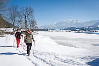 Austria, Tyrol, Kaiserwinkl, winter walk at lake Walchsee | Oesterreich, Tirol, Kaiserwinkl, Winterspaziergang am Walchsee