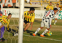 TUNJA -COLOMBIA, 27-07-2014. Juan Perez (Der) de Boyacá Chicó disputa el balón con un jugador de Alianza Petrolera durante partido por la fecha 2 de la Liga Postobón II 2014 realizado en el estadio La Independencia en Tunja./ Boyaca Chico player Juan Perez (R) fights for the ball with Alianza Petrolera player during match for the second date of Postobon League II 2014 at La Independencia stadium in Tunja. Photo: VizzorImage/Jose Miguel Palencia/STR