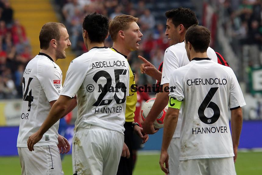Spieler von Hannover 96 beschweren sich bei Schiedsrichter Christian Dingert