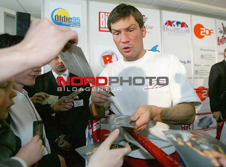 Pressetraining im VW-Haus Lohse&amp;Krause<br /> Dariuz Michalczewski gibt Autogramme<br /> <br /> Am kommenden Sonnabend steigt in der Hamburger Color Line Arena der Boxkampf im WBO - Weltmeisterschaft im Halbschwergewischt.<br /> <br /> <br /> <br />  Foto &copy; nordphoto / Anja Heinemann <br /> <br /> <br /> <br />  *** Local Caption *** Foto ist honorarpflichtig! zzgl. gesetzl. MwSt.<br />  Belegexemplar erforderlich<br /> Adresse: nordphoto<br /> Georg-Reinke-Strasse 1<br /> 49377 Vechta<br /> Telefon: 04441-89400 / Fax: 04441-894022