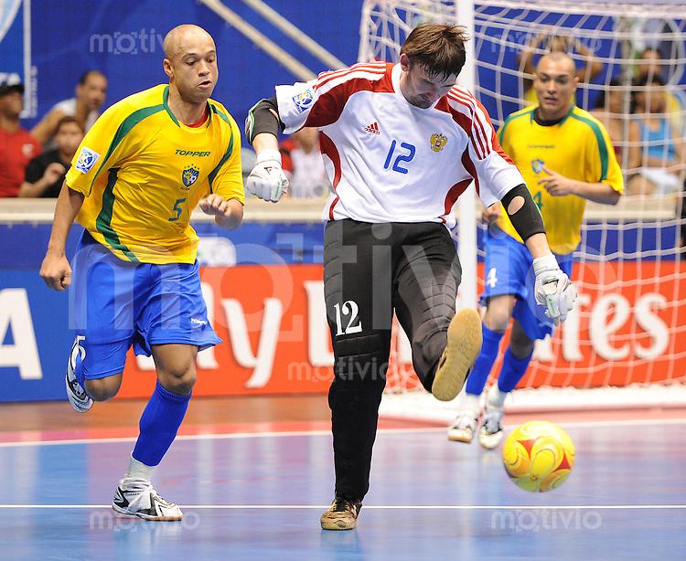 Fussball  International  FIFA  FUTSAL WM 2008   16.10.2008 Halbfinale Russia - Brasil Russland - Brasilien CICO (li, BRA) gegen Sergey ZUEV (RUS)