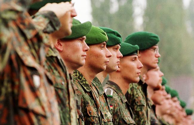 Geloebnis von Soldaten der 2. Kompanie des Jaegerbatallions 1 BERLIN und der 2. Kompanie des Wachbatallions BMVg in der Berliner Bluecher-Kaserne.<br /> Die Rekruten des Jaegerbatallions werden ab Mai 2001 als Einsatzkraefte BERLINER JAEGER zur KFOR-Friedenstruppe in den Kosovo verlegt.<br /> Hier: Rekruten des Jaegerbatallions in Aufstellung. Unter den Rekruten befinden sich einige die als Kinder von Emigranten oder Einwanderern die Deutsche Staatsbuergerschaft angenommen haben.<br /> 5.10.2000, Berlin<br /> Copyright: Christian-Ditsch.de<br /> [Inhaltsveraendernde Manipulation des Fotos nur nach ausdruecklicher Genehmigung des Fotografen. Vereinbarungen ueber Abtretung von Persoenlichkeitsrechten/Model Release der abgebildeten Person/Personen liegen nicht vor. NO MODEL RELEASE! Nur fuer Redaktionelle Zwecke. Don't publish without copyright Christian-Ditsch.de, Veroeffentlichung nur mit Fotografennennung, sowie gegen Honorar, MwSt. und Beleg. Konto: I N G - D i B a, IBAN DE58500105175400192269, BIC INGDDEFFXXX, Kontakt: post@christian-ditsch.de<br /> Bei der Bearbeitung der Dateiinformationen darf die Urheberkennzeichnung in den EXIF- und  IPTC-Daten nicht entfernt werden, diese sind in digitalen Medien nach &sect;95c UrhG rechtlich gesch&uuml;tzt. Der Urhebervermerk wird gemaess &sect;13 UrhG verlangt.]