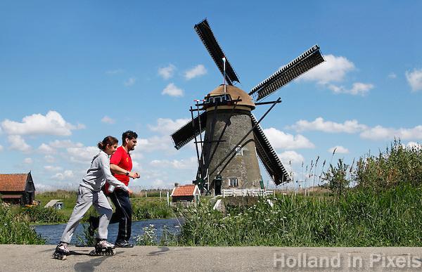 Skeeleren en joggen bij een molen
