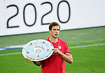 Deutscher Meister 2020, FC Bayern Muenchen, Leon Goretzka mit Meisterschale<br />Wolfsburg, 27.06.2020: nph00001: , Fussball Bundesliga, VfL Wolfsburg - FC Bayern Muenchen 0:4<br />Foto: Tim Groothuis/Witters/Pool//via nordphoto<br /> DFL REGULATIONS PROHIBIT ANY USE OF PHOTOGRAPHS AS IMAGE SEQUENCES AND OR QUASI VIDEO<br />EDITORIAL USE ONLY<br />NATIONAL AND INTERNATIONAL NEWS AGENCIES OUT