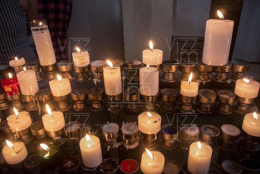 GINEBRA - COLOMBIA: 18-04-2018. Veladoras son vistas durante el jueves santo en la población de Ginebra, Valle del Cauca, Colombia, de la semana santa para los cristianos. / A candels are seen during the holy thursday in  the town of Ginebra, Valle del Cauca, Colombia as part of Easter Week to the Christians.  Photo: VizzorImage / Gabriel Aponte / Staff