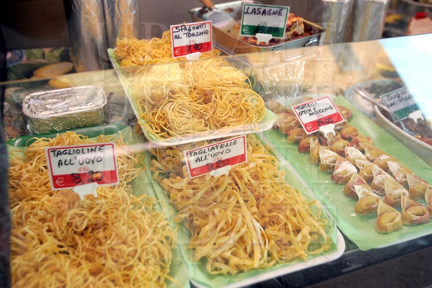 Pasta all'uovo in vetrina in un negozio di gastronomia di via Corte Vecchi a Ferrara.<br /> Food shops in via Corte Vecchi, Ferrara.<br /> UPDATE IMAGES PRESS/Riccardo De Luca