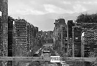 - terremoto in Irpinia, tre settimane dopo  (dicembre 1980), messa in sicurezza dell'area archeologica di Pompei<br /> <br /> - earthquake in Irpinia, three weeks after (December1980), safeguarding of Pompei archaeological area
