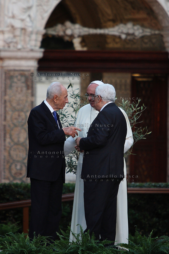 Citt&agrave; del Vaticano, 8 Giugno, 2014. Papa Francesco con il leader Palestinese Mahmud Abbas e il Presidente Israeliano Shimon Peres durante la Messa della Pace. <br /> Vatican City, June 8, 2014. Pope Francis with Palestinian leader Mahmud Abbas (R) and Israeli President Shimon Peres during the peace prayer at the Vatican Gardens.