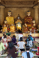 Myanmar, (Burma), Yangon Region, Rangoon: Worshippers at a shrine inside the Shwedagon pagoda | Myanmar (Birma), Yangon-Division, Rangun: Glaeubige beim Gebet in der Shwedagon Pagode