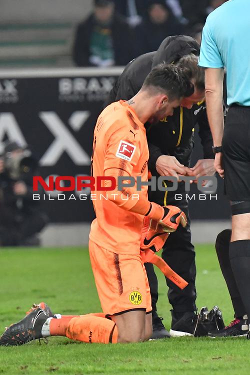 18.02.2018, Borussia Park, M&ouml;nchengladbach, GER, 1. FBL., Borussia M&ouml;nchengladbach vs. Borussia Dortmund<br /> <br /> im Bild / picture shows: <br /> Roman Buerkj Torhueter (Borussia Dortmund #38), wird bei einem Zusammenprall mit Raul Bobadilla (Gladbach #26), an der Hand verletzt er hat starke Schmerzen und wird behandelt <br /> <br /> Foto &copy; nordphoto / Meuter