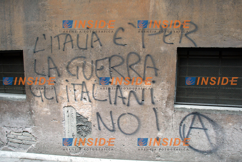 Roma 12/4/2002<br /> Manifestazione per la Pace<br /> Scritta contro la guerra