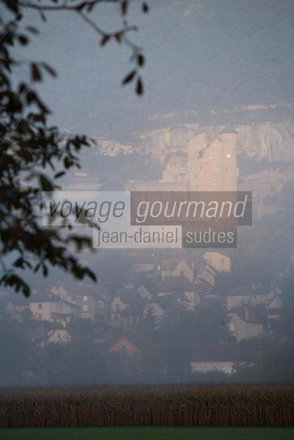Europe/France/Midi-Pyrénées/46/Lot/Larroque-Toirac : Brumes sur la vallée du Lot et le Château de Larroque-Toirac et noyeraie de la vallée du Lot