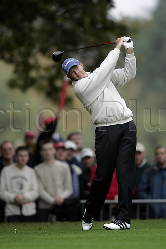 15 Oct 2004: South African golfer Retief Goosen (RSA) drives from the 4th tee during his second round match against Lee Westwood (ENG). HSBC World Matchplay Championship, Wentworth, England. Photo: Glyn Kirk/Actionplus....041015.golf golfer wood driving drive