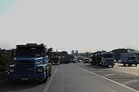 GUARULHOS, SP - 30.01.14 - ACIDENTE ROD PRES DUTRA / GUARULHOS-SP - Uma carreta desatrelou do cavalo na Rod Presidente Dutra, altura do KM 225, na cidade de Guarulhos/SP, na tarde desta quinta-feira, 30. Não houve vítima. (Foto: Geovani Velasquez / Brazil Photo Press)
