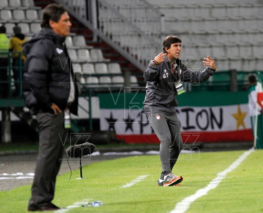 MANIZALES  -COLOMBIA. 19-NOVIEMBRE-2014. Gustavo Costas director tecnico del Independiente Santa Fe  en accion contra el Once Caldas   partido de los cuadrangulares semifinales  fecha 2 de La Liga Postobon 2014- II jugado en el estadio Palogrande . / Gustavo Costas coach of Independiente Santa Fe  in actions against of  Once Caldas   Party runs semifinals 2th dated 2014-2 of  Liga Postobon  played in the stadium Palogrande:  VizzorImage / Santiago Osorio / Stringer