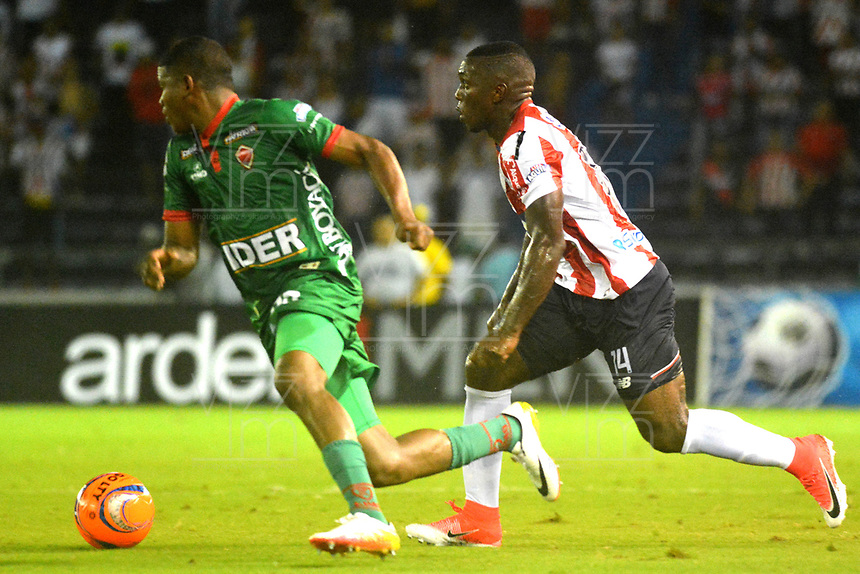 BARRANQUILLA - COLOMBIA - 18 - 04 - 2017: Edison Toloza (Der.) jugador de Atletico Junior disputa el balón con Edgar Dorito (Izq.) jugador de Patriotas F.C. durante partido de la fecha 13 entre Atletico Junior y Patriotas F.C. por la Liga Aguila I-2017, jugado en el estadio Metropolitano Roberto Melendez de la ciudad de Barranquilla. / Edison Toloza (R) player of Atletico Junior vies for the ball with Edgar Dorit (L) player of Patriotas F.C. during a match of the date 13 between Atletico Junior and Patriotas F.C. for the Liga Aguila I-2017 at the Metropolitano Roberto Melendez Stadium in Barranquilla city, Photo: VizzorImage  / Alfonso Cervantes / Cont.
