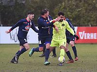 SK ZWEVEZELE - SV OOSTKAMP :<br /> Abdoulah Omari (Geel) wordt omsingeld door een bos spelers van Oostkamp<br /> <br /> Foto VDB / Bart Vandenbroucke